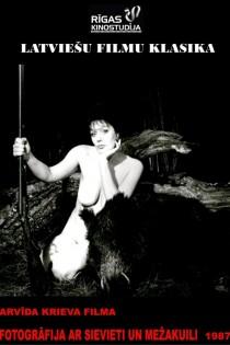 Fotogrāfija ar sievieti un mežakuili